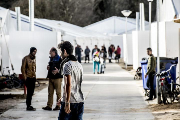 2016-02-03 15:11:43 NIJMEGEN - Vluchtelingen houden zich op bij tentenkamp Heumensoord, de tijdelijke noodopvang van het COA. ANP ROBIN UTRECHT