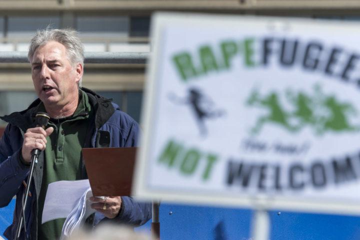 2016-04-10 13:16:43 DEN HAAG - Pegida-voorman Edwin Wagensveld voert het woord tijdens een demonstratie van de anti-islambeweging. ANP LEX VAN LIESHOUT