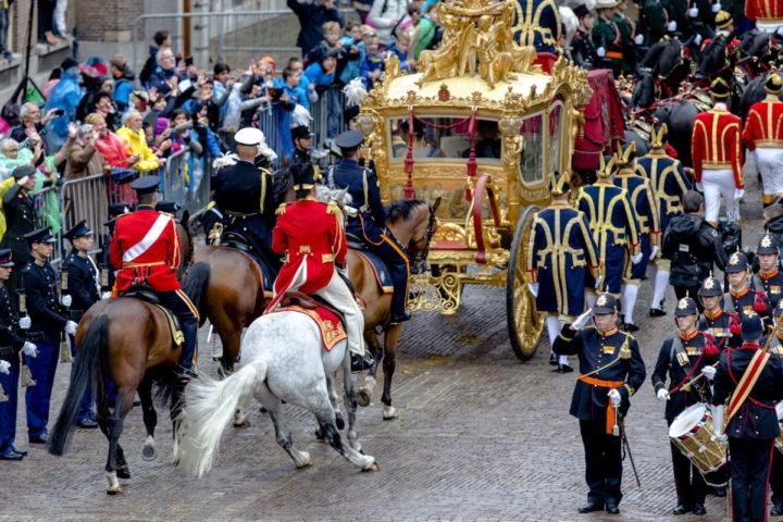 2015-09-15 13:53:37 DEN HAAG - Koning Willem-Alexander en koningin Maxima vertrekken in de Gouden Koets op het Binnenhof op Prinsjesdag. ANP ROYAL IMAGES SANDER KONING