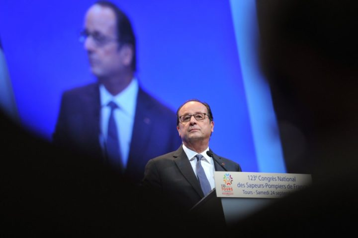 2016-09-24 10:20:12 French President Francois Hollande delivers a speech during the 123rd National Firefighters Congress in Tours on September 24, 2016. / AFP PHOTO / GUILLAUME SOUVANT