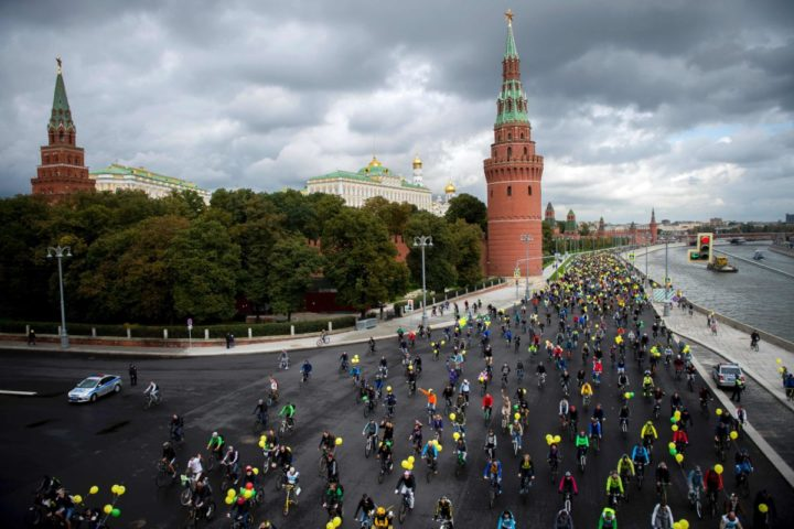 2016-09-24 10:11:34 Participants of the XI Moscow bicycle's parade pass the Kremlin wall in Moscow on September 24, 2016. / AFP PHOTO / ALEXANDER UTKIN