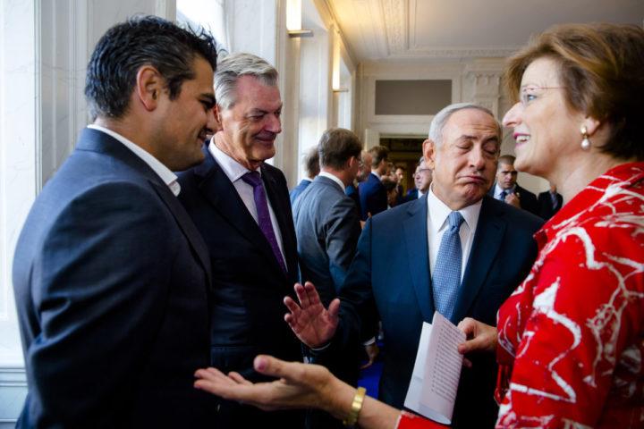 2016-09-07 09:38:29 DEN HAAG - Tunahan Kuzu (L, Kuzu/Ozturk) weigert de Israelische premier Benjamin Netanyahu (2e R) de hand te schudden, tijdens zijn bezoek aan de Staten Generaal. ANP BART MAAT