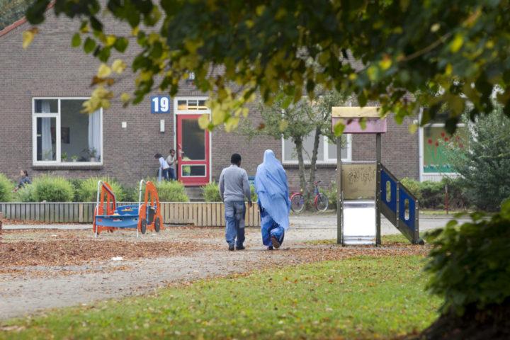 2011-09-27 12:37:58 LAREN - Bewoners van asielzoekerscentrum Crailo in Laren lopen dinsdag over het terrein. Het centrum, waar momenteel 900 vluchtelingen verblijven, wordt gesloten. Op het hoofdkantoor van het Centraal Orgaan opvang Asielzoekers (COA) in Rijswijk gaat 40 procent van de banen verdwijnen. Het aantal asielzoekers loopt terug en er moet 51 miljoen euro worden bezuinigd. Er worden ook zeven centra gesloten. ANP INGE VAN MILL