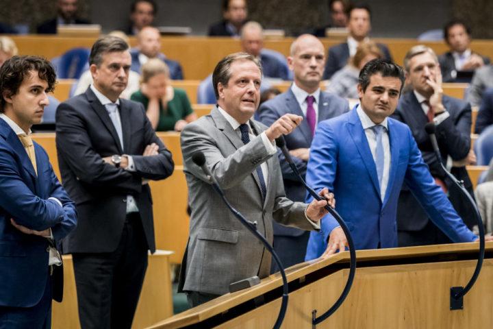2016-09-22 15:33:38 DEN HAAG - (VLNR) Jesse Klaver (GroenLinks), Alexander Pechtold (D66), Gert-Jan Segers (CU), Tunahan Kuzu (Denk) en Sybrand Buma (CDA) aan de interruptiemicrofoon in debat met premier Mark Rutte in de plenaire zaal tijdens de voortzetting van de Algemene Politieke Beschouwingen, die traditioneel volgen op Prinsjesdag. ANP REMKO DE WAAL