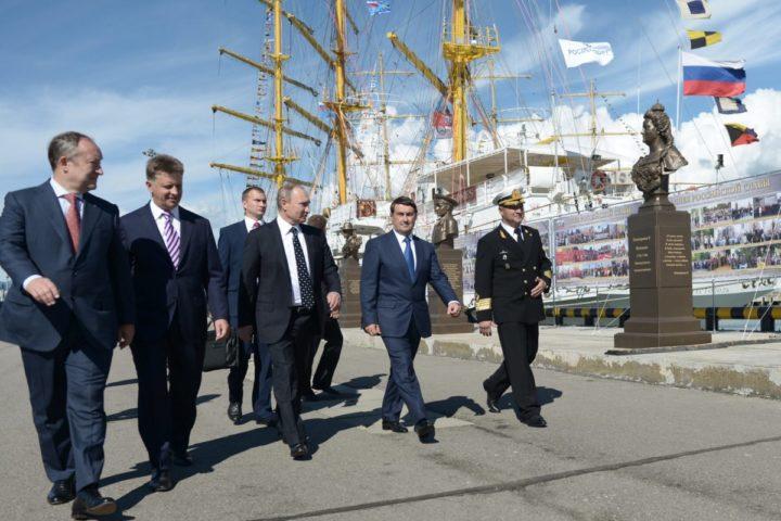 2016-09-24 14:04:30 epa05554552 Russian President Vladimir Putin (C) visits the 'Nadezhda' tall ship in Sochi, Russia, 24 September 2016. EPA/ALEXEY NIKOLSKY / SPUTNIK / KREM MANDATORY CREDIT