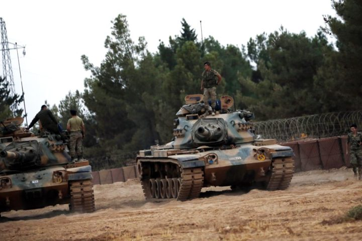 2016-08-24 18:09:14 epa05508858 Turkish soldiers stand on tanks at the Syrian border as part of their offensive against the so-called Islamic State (IS) militant group in Syria, in Karkamis district of Gaziantep, Turkey, 24 August 2016. The Turkish army launched an offensive operation against IS in Syria's Jarablus with its war jets and army troops in coordination with the US led coalition war planes. EPA/SEDAT SUNA