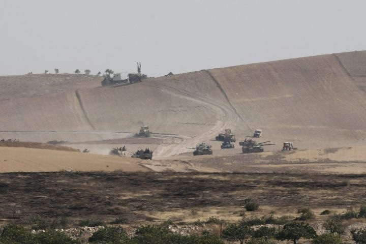 2016-08-26 08:52:51 epa05511588 A picture made avaliable 27 August 2016 shows, Turkish soldiers with their tanks in Syria as they prepare for a military operation at the Syrian border as part of their offensive against the Islamic State (IS) militant group in Syria, Karkamis district of Gaziantep, Turkey, 26 August 2016. The Turkish army launched an offensive operation against IS in Syria's Jarablus with its war jets and army troops in coordination with the US led coalition war planes.  EPA/SEDAT SUNA