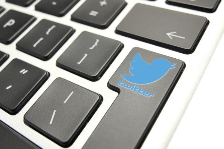 2013-11-07 12:53:40 **ILLUSTRATIE** DEN HAAG - Het logo van de sociaalnetwerksite Twitter op een toetsenbord. De gratis internetdienst gaat de beurs van New York op met een introductiekoers van 26 dollar per aandeel. De beursgang van Twitter is de grootste van een technologiebedrijf sinds die van Facebook in mei. ANP XTRA LEX VAN LIESHOUT