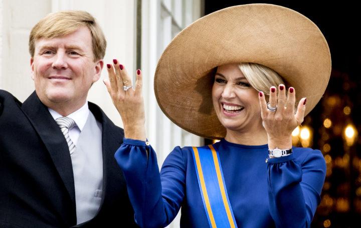 2016-09-20 14:09:34 DEN HAAG - Koning Willem-Alexander en koningin Maxima zwaaien naar omstanders vanaf het balkon bij Paleis Noordeinde op Prinsjesdag. ANP ROYAL IMAGES KOEN VAN WEEL
