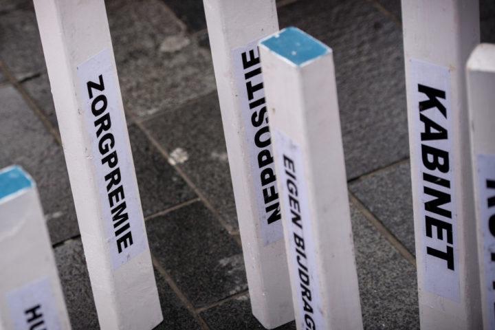 2015-02-21 14:44:58 ALMERE - Kegelen met de zorgpremie tijdens de aftrap van de verkiezingscampagne van de SP, in het centrum van Almere, voor de Provinciale Statenverkiezingen van 18 maart. ANP REMKO DE WAAL
