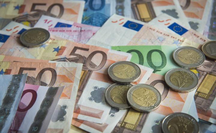 2013-02-13 00:00:00 DEN HAAG - Eurobankbiljetten en munten. ANP XTRA LEX VAN LIESHOUT