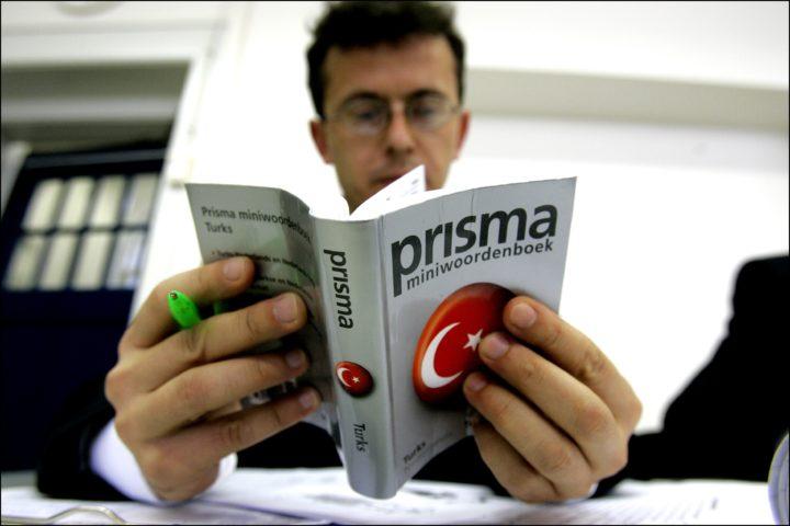 2006-03-01 00:00:00 ROTTERDAM - In een klaslokaal van het Rotterdamse Albeda College volgen donderdag 25 Turkse imams een spoedcursus inburgeren. Het bijzondere aan de cursus is dat de cursisten in plaats van in hun eigen land de cursus nu in Nederlands kunnen volgen. Hierdoor burgeren de cursisten al een beetje in voordat het examen begint. ANP PHOTO ROBIN UTRECHT