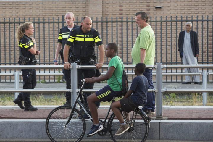 2015-07-01 19:42:30 DEN HAAG - In de Haagse Schilderswijk zijn honderden betogers samengestroomd. Agenten en leden van de Mobiele Eenheid (ME) houden de situatie in de gaten. Aanleiding voor het protest is de dood van Henriquez bij muziekfestival Night at the Park in het Haagse Zuiderpark afgelopen weekeinde. Hij bleek te zijn gestikt door toedoen van de agenten die hem arresteerden. ANP ARIE KIEVIT