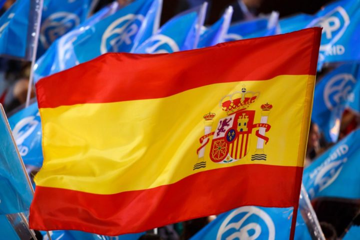2016-06-26 22:05:15 A Spanish flag flies amongst flags of the Popular Party (PP) outside the PP headquarters during Spain's general election in Madrid on June 26, 2016. Spain's second elections in six months was due to conclude on June 26 in much the same way as they did in December, with the incumbent conservatives winning tailed by the Socialist party, partial results showed. / AFP PHOTO / CESAR MANSO