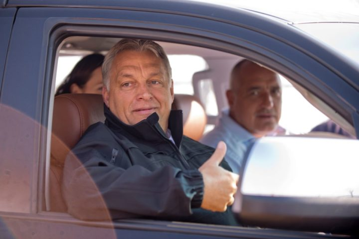 2016-09-14 10:34:34 Hungary's Prime Minister Viktor Orban (L) gestures as Bulgaria's Prime Minister Boyko Borisov (R) looks on as they tour the area where a fence was erected on the Bulgaria-Turkey border near the town of Lesovo, on September 14, 2016. / AFP PHOTO / NIKOLAY DOYCHINOV