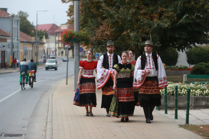 2016-10-02 09:34:21 Voters wearing traditional 'Matyo' costumes walk towards a polling station in Mezokoevesd, eastern Hungary, on October 2, 2016. Hungarians vote in a referendum on taking migrants as part of an EU-wide mandatory quota scheme, a plan rejected by right-wing Prime Minister Viktor Orban. / AFP PHOTO / FERENC ISZA