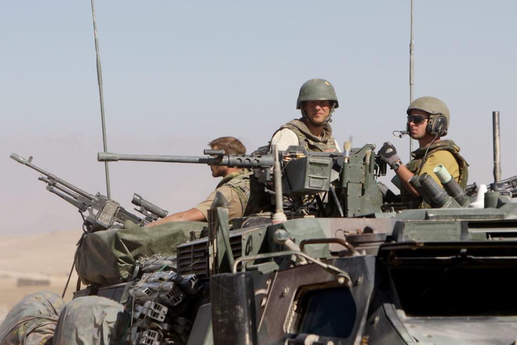 2008-10-26 00:00:00 TARIN KOWT - Fotograaf Jeroen Oerlemans aan het werk bij binnenkomst in Kamp Holland in Afghanistan op 26 oktober 2008. ANP BAS CZERWINSKI