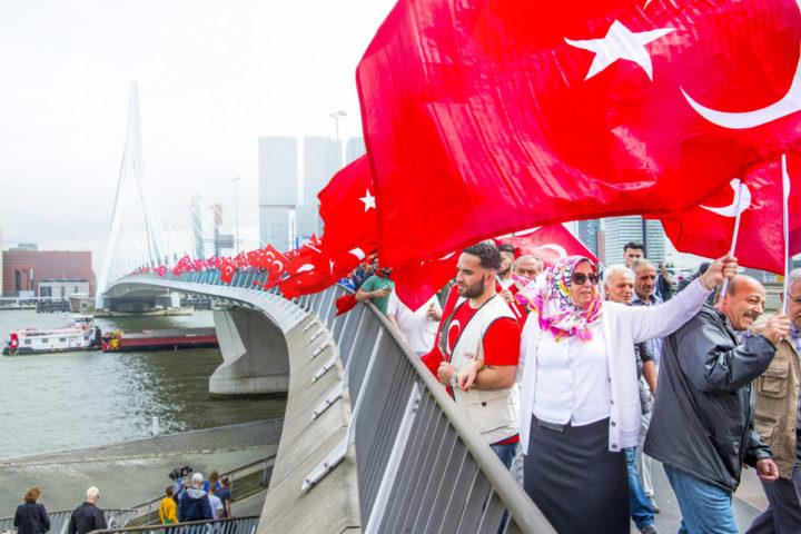 Turken lopen over de Erasmusbrug van het Wilhelminaplein naar het Willemsplein om hun steun te betuigen aan de turkse regering nav van de staatsgreep. Foto: Frank de Roo