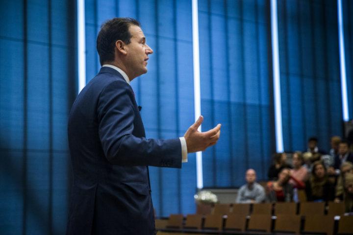 2016-10-06 16:56:18 GRONINGEN - Minister Asscher spreekt over Robotisering op de jaarlijkse Economische en Bedrijfskundige Faculteitsverenigings-conferentie van de Rijksuniversiteit Groningen. ANP SIESE VEENSTRA