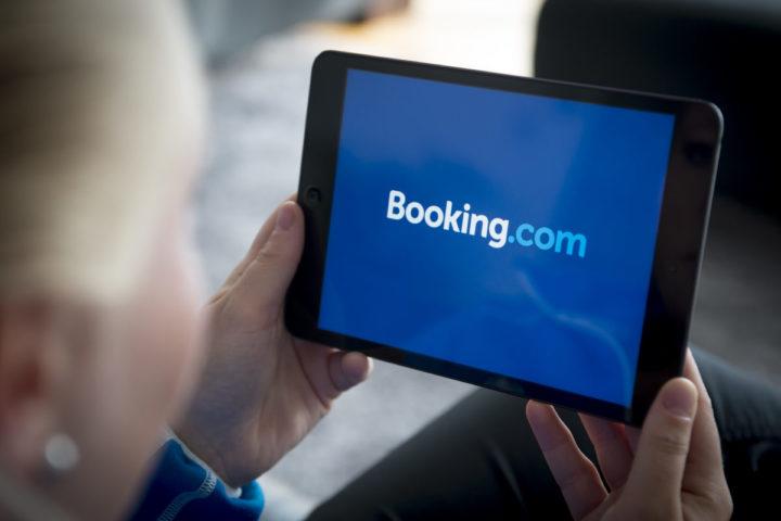 2014-04-28 08:49:52 DEN HAAG - Een vrouw bekijkt de website van Booking.com op een tablet. Via de site kunnen hotelovernachtingen geboekt worden tegen een gunstig tarief. ANP XTRA LEX VAN LIESHOUT