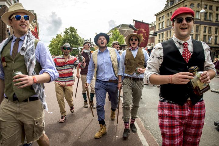 2014-06-28 14:59:21 LEIDEN - (Oud) Studenten vieren feest tijdens de Maskerade-optocht door het centrum van Leiden ter ere van het 200-jarig bestaan van studentenvereniging Minerva. ANP REMKO DE WAAL