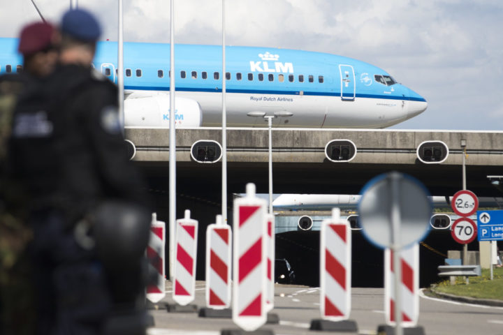 2016-08-15 13:58:31 SCHIPHOL - Millitairen en marechausee bij extra controles op luchthaven Schiphol. Rond de luchthaven gelden sinds enige tijd verscherpte veiligheidsmaatregelen en wordt intensief gecontroleerd door de marechaussee. ANP JEROEN JUMELET