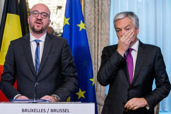 epa05600869 Belgian Prime Minister Charles Michel (L) and Belgian Foreign Affairs Minister Didier Reynders (L) hold a press conference at the end of the Concertation committee of Belgium in Brussels, Belgium, 24 October 2016. Belgian Prime Minister organized emergency talks in an effort to save an EU free trade deal with Canada (Ceta), blocked by Belgian Walloon region. EPA/STEPHANIE LECOCQ