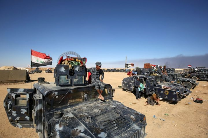 2016-10-16 13:43:13 Iraqi forces gather at the Qayyarah military base, about 60 kilometres (35 miles) south of Mosul, on October 16, 2016, as they prepare for an offensive to retake Mosul, the last IS-held city in the country, after regaining much of the territory the jihadists seized in 2014 and 2015. / AFP PHOTO / AHMAD AL-RUBAYE