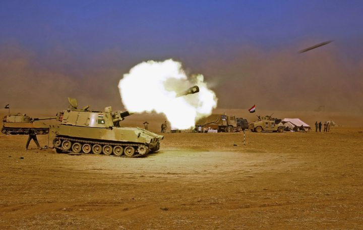 2016-10-19 11:18:46 TOPSHOT - An Iraqi forces M109 self-propelled howitzer fires towards the village of Tall al-Tibah, some 30 kilometres south of Mosul, on October 19, 2016, during an operation against Islamic State (IS) group jihadists to retake the main hub city. Iraqi forces prepared to retake several key areas around Mosul, including the country's largest Christian town, to tighten the noose on the Islamic State group's stronghold. / AFP PHOTO / AHMAD AL-RUBAYE