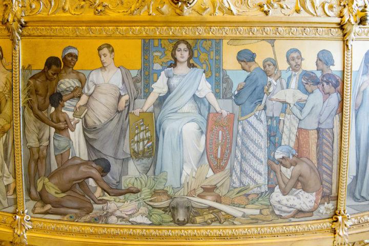 DEN HAAG Het gaat om het negentiende-eeuwse zijpaneel op de Gouden Koets, ëHulde der KoloniÎní van Nicolaas van der Waay (1855-1936). Hij schilderde halfnaakte Afrikaanse en Indonesische mannen die zich onderwerpen aan het Koninklijk Huis en tropische waren aanbieden. ÑHet is de verheerlijking van de slavernij en het kolonialismeî ÑTerwijl de Verenigde Naties slavernij als een misdaad tegen de mensheid hebben bestempeld.î Nu ziet het platform een nieuwe kans om de Gouden Koets te stoppen: de uitspraak tegen de Sinterklaasintocht met Zwarte Pieten. Gouden Koets met daarop een tekening met werkende slaven. slavernij, dwangarbeid, slaaf , de gouden koets staat klaar voor prinsjesdag 2015 in de koninklijke stallen bij paleis noordeinde Gouden en Glazen Koets in de Koninklijke Stallen Na Prinsjesdag zal de koets drie tot vier jaar in onderhoud gaan. De Gouden Koets is na Prinsjesdag drie tot vier jaar uit de roulatie voor groot onderhoud. Volgens de Rijksvoorlichtingsdienst (RVD), is onder meer het houtsnijwerk toe aan een opknapbeurt. De voorziene kosten voor de restauratie vallen volgens de RVD binnen de reguliere begroting van de Dienst van het Koninklijk Huis. Volgens de RVD gaat het onder andere om ìintensieve restauratiewerkzaamhedenî aan het houtsnijwerk en de wielen. Ook worden de draagriemen aan de kast en de koorden en de kwasten op de bok vervangen en worden de textiele materialen onder handen genomen. Glazen koets copyright robin utrecht