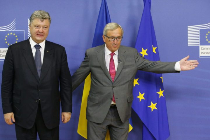 2015-08-27 11:17:16 epa04900026 European Commission President Jean Claude Juncker (R) welcomes Ukraine's President Petro Poroshenko prior to a meeting g at the EU Commission headquarters in Brussels, Belgium, 27 August 2015. EPA/OLIVIER HOSLET