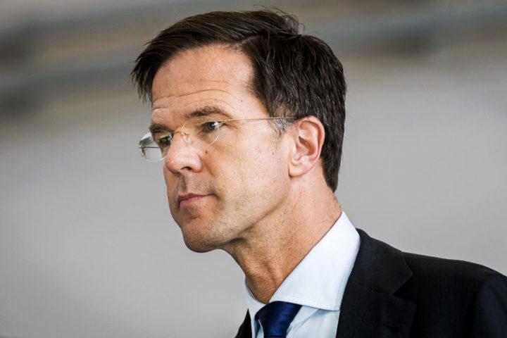 2016-10-05 23:33:53 AMSTERDAM - Premier Mark Rutte tijdens een bezoek aan het Nederlands Lucht- en Ruimtevaart Centrum (NLR). Het werkbezoek staat in het teken van duurzaamheid en innovatie. ANP REMKO DE WAAL