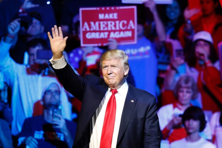 2016-10-14 01:38:09 Republican presidential candidate Donald Trump waves to the crowd during a campaign rally at the US Bank Arena on October 13, 2016 in Cincinnati, Ohio. / AFP PHOTO / David Kohl