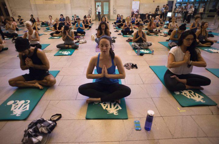 Archiefbeeld van vrouwen die yoga beoefenen in New York - Foto: AFP