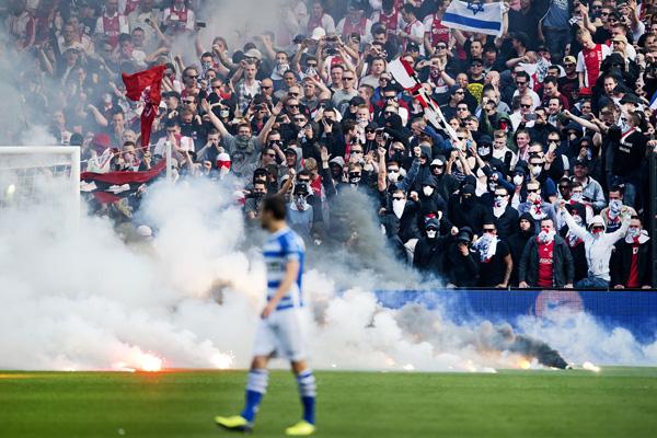 ROTTERDAM - Vuurwerk op het veld voor het doel van Ajax tijdens de bekerfinale tegen PEC Zwolle in De Kuip. Scheidsrechter Bas Nijhuis onderbreekt de wedstrijd. ANP OLAF KRAAK
