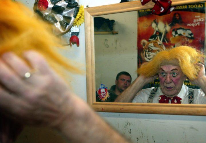 2003-04-16 19:04:22 NLD-20030416- AMSTERDAM: Oleg Popov zet zijn pruik op. De transformatie van mens Oleg Popov tot wereld beroemd clown van het Groot Russisch Staatscircus.. De 72-jarige clown der clowns maakte zich woensdag de eerste keer op voor een serie voorstellingen in Amsterdam, dat deeluitmaakt van een landelijk toernee. De wereldberoemde artiest werd op 31 juli 1930 in Witrubovo bij Moskou geboren en heeft bijna alle disciplines van het circusvak doorlopen. Popov ontwikkelde zich in eerste instantie als jongleur op het koord, maar ontdekte al spoedig als clown zijn ware hartstocht. Popov treedt alleen op tijdens de Amsterdamse voorstellingen (16 april t/m 4 mei a.s., die daarmee nu al uniek zijn) .ANP FOTO MARCEL ANTONISSE