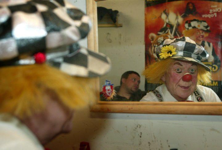 2003-04-16 19:05:06 NLD-20030416- AMSTERDAM: Oleg Popov kijkt in de spiegel. De transformatie van mens tot wereld beroemd clown van het Groot Russisch Staatscircus is volbracht. De 72-jarige clown der clowns maakte zich woensdag de eerste keer op voor een serie voorstellingen in Amsterdam, dat deeluitmaakt van een landelijk toernee. De wereldberoemde artiest werd op 31 juli 1930 in Witrubovo bij Moskou geboren en heeft bijna alle disciplines van het circusvak doorlopen. Popov ontwikkelde zich in eerste instantie als jongleur op het koord, maar ontdekte al spoedig als clown zijn ware hartstocht. Popov treedt alleen op tijdens de Amsterdamse voorstellingen (16 april t/m 4 mei a.s., die daarmee nu al uniek zijn.ANP FOTO MARCEL ANTONISSE