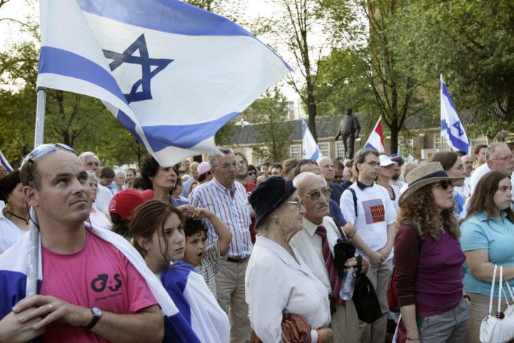 2006-07-20 19:03:03 AMSTERDAM - Op het Jonas Daniel Meijerplein in Amsterdam wordt donderdagavond een manifestatie voor Israel gehouden met als thema Tegen Terreur, Voor Een Veilig Israel. Ruim 400 mensen wonen de demonstratie bij. ANP PHOTO MARCEL ANTONISSE
