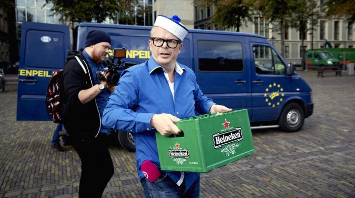2015-09-25 11:09:58 DEN HAAG - Jan Roos haalt handtekeningen op voor GeenPeil op het Plein in Den Haag. Roos bedankt de vrijwilligers met bier en een kaasplankje. Het comitŽ GeenPeil is op jacht naar de benodigde 300.000 handtekeningen om een raadgevend referendum aan te vragen over het associatieverdrag tussen Oekra•ne en de Europese Unie. De Tweede Kamer stemde voor dit associatieverdrag. ANP MARTIJN BEEKMAN