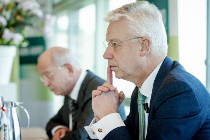 2016-02-17 10:03:07 AMSTERDAM - Gerrit Zalm, voorzitter van de Raad van Bestuur, en Kees van Dijkhuizen, Chief Financial Officer, geven een toelichting op de jaarcijfers 2015 van ABN AMRO. ANP ROBIN VAN LONKHUIJSEN