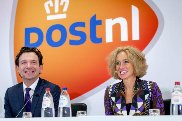 2016-02-29 09:00:04 AMSTERDAM - Herna Verhagen, CEO en voorzitter van de Raad van Bestuur van PostNL, en Jan Bos, CFO, geven een toelichting op de jaarresultaten van PostNL. ANP ROBIN VAN LONKHUIJSEN
