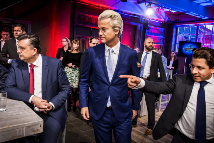 2016-04-05 20:23:16 DELFT – Emile Roemer (L) van SP en Geert Wilders (M) van PVV tijdens de informatieve uitzending NOS Nederland Kiest – Het Referendum in aanloop naar het referendum over het associatieverdrag tussen de EU en Oekraine. ANP KIPPA REMKO DE WAAL