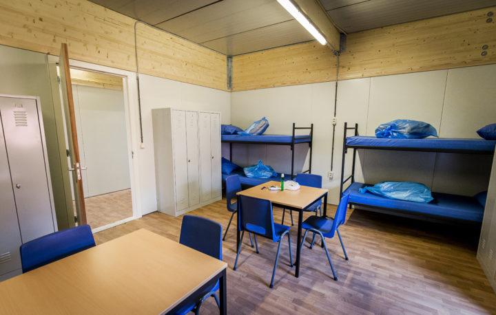 2016-04-07 15:10:58 ALMERE - Interieur van de noodopvang ''nieuwe stijl'', van het Centraal Orgaan opvang asielzoekers (COA). De nieuwe paviljoens zijn gemaakt met aluminium wanden en hebben een capaciteit voor 480 asielzoekers. ANP REMKO DE WAAL