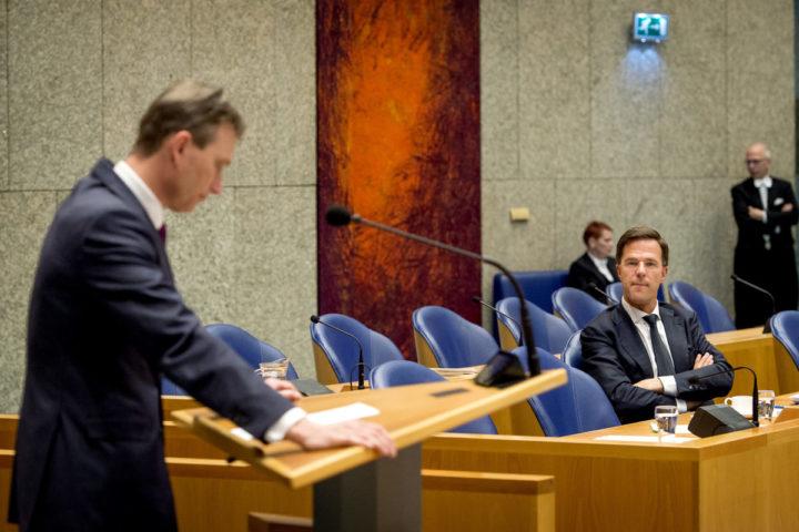 2016-04-13 13:51:32 DEN HAAG - Halbe Zijlstra (VVD) en premier Mark Rutte tijdens het Tweede Kamerdebat over de uitkomst van de Europese Top 17-18 maart. ANP KOEN VAN WEEL