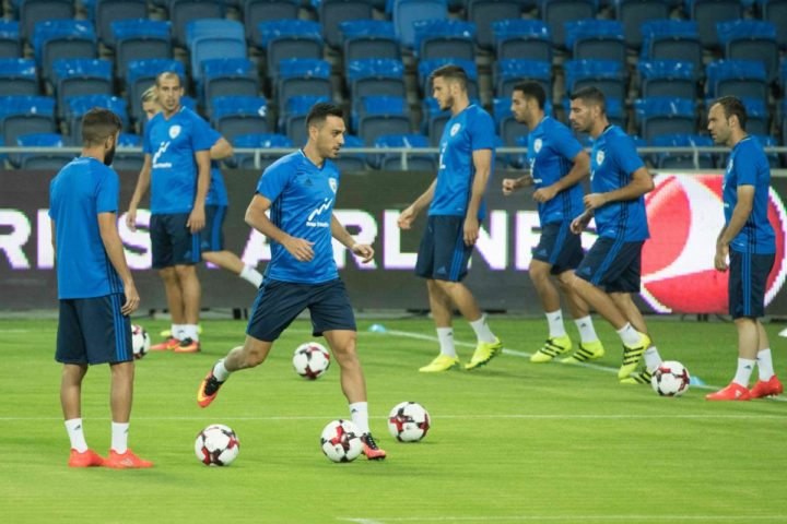 2016-09-04 13:22:54 Israeli national football team's midfielder Eran Zahavi (2ndL) and teammates take part in a training session, on September 4, 2016 at Sammy Ofer Stadium in Haifa, in northern Israel, on the eve of Israel's FIFA World Cup 2018 European (group G) qualifying match against Italy. / AFP PHOTO / JACK GUEZ
