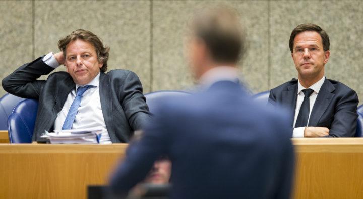 2016-09-13 18:36:59 DEN HAAG - Minister van Buitenlandse Zaken Bert Koenders en Premier Mark Rutte tijdens het plenair debat in de Tweede Kamer over de nasleep van de legercoup in Turkije. ANP JERRY LAMPEN