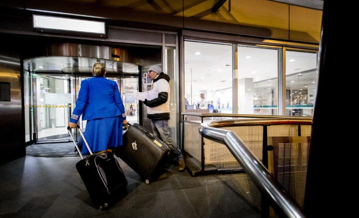 2016-10-24 07:32:33 SCHIPHOL - FNV deelt flyers uit bij de ingang van het bemanningscentrum. Het cabinepersoneel van KLM voert actie met korte werkonderbrekingen voorafgaand aan iedere vlucht. De luchtvaartmaatschappij en de vakbeweging liggen met elkaar overhoop over een besluit om minder cabinepersoneel in te zetten op lange vluchten. ANP KOEN VAN WEEL