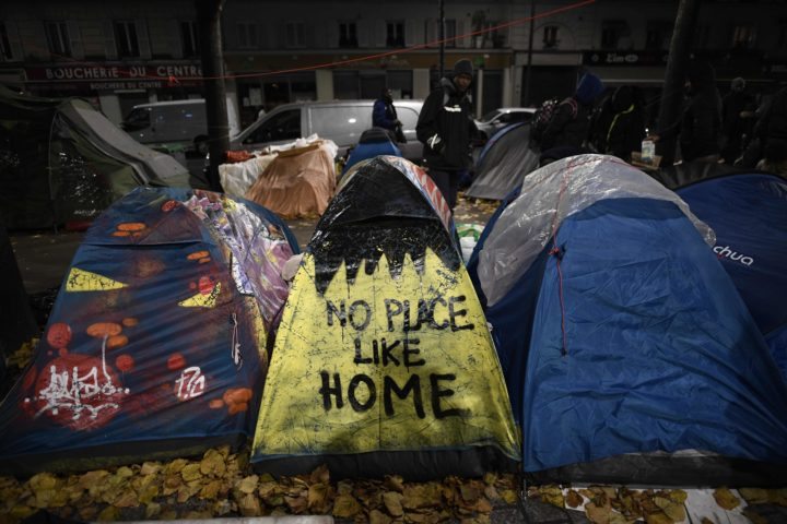 2016-11-04 04:41:31 Migrant tents are seen on the Avenue de Flandre during an evacuation of a makeshift camp in Paris on November 4, 2016, one of several camps sprouting up around the French capital. Over 2000 migrants were moved by police from the Paris town center to a legal migrant camp. / AFP PHOTO / LIONEL BONAVENTURE