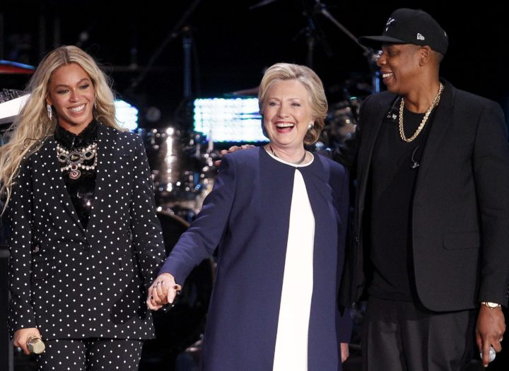 2016-11-04 21:23:42 epa05618245 US Democratic presidential candidate Hillary Clinton (C) shares the stage with Beyonce (L) and Jay Z (R) during the 'Get Out The Vote' concert at the Wolstein Center in Cleveland, Ohio, USA, 04 November 2016. The US presidential election is scheduled for 08 November 2016. EPA/DAVID MAXWELL