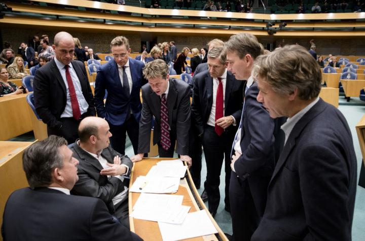 2016-11-08 22:01:09 DEN HAAG - (VLNR) Diederik Samsom (Pvda), Han ten Broeke (VVD), Martin Bosma (PVV), Sybrand Buma (CDA), Halbe Zijlstra (VVD) en Rik Grashoff (Groenlinks) in gesprek met Emile Roemer (SP) en Jasper van Dijk (SP) tijdens het Tweede Kamerdebat over de uitslag van het Oekraine-referendum. ANP BART MAAT